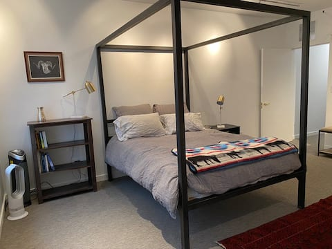 Well-appointed studio apt in Shopping district