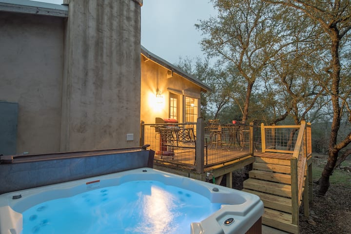 Little Rock n Wood- private hot tub under the Hill Country stars!