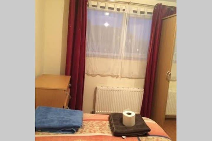 Double roomclosetoExcel,centre,zone2,cheapTaxiServ - London