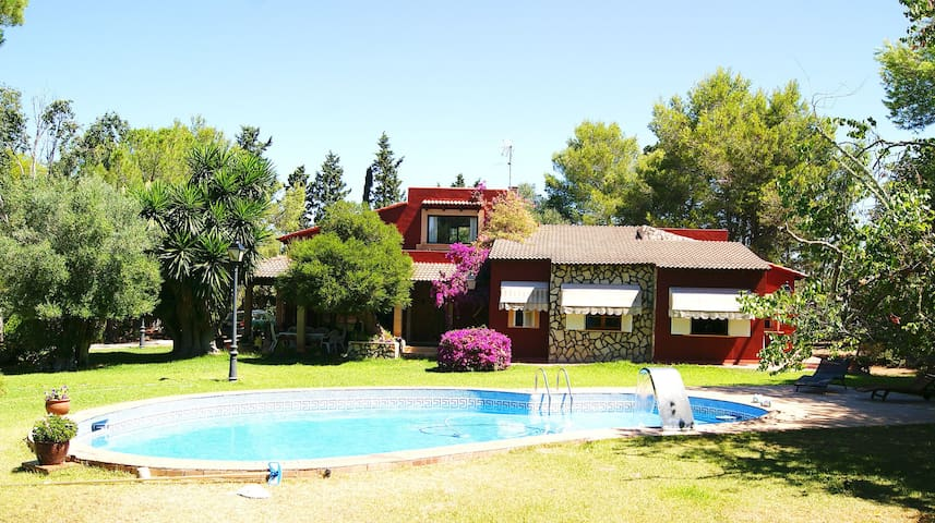 Elegant Villa for 9 pax, Pool, WIFI, BBQ, Garden