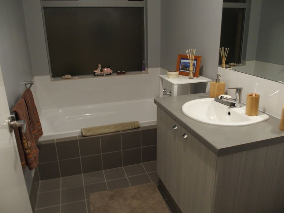 Full size bath, basin and accessories