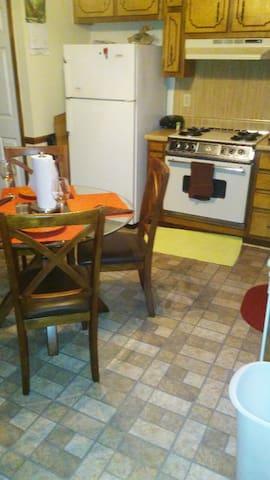 Clean Neat Bachelor pad Huge bdrm. - Stockbridge - Apartment