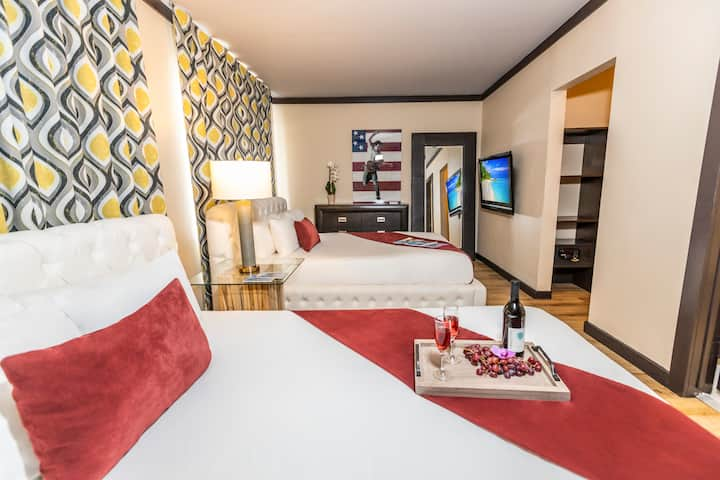 Large One Bedroom Apartment Suite with Two Queen Beds, Full Kitchen, Dining Area, in the Heart of South Beach, Splash Pool, Courtyard