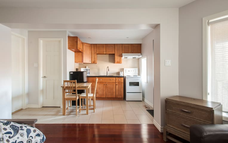 Downtown New Clean Bachelor Unit 1F
