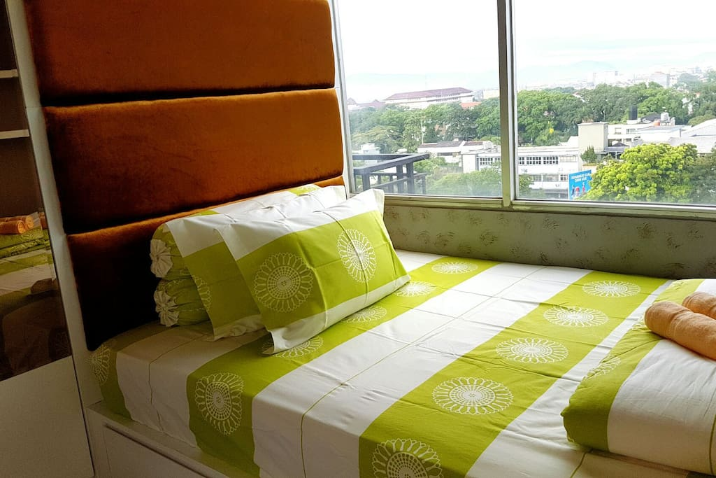 Cozy double size bed (140×200cm) for 2 persons Kmr utama dg dobel bed uk 140x200cm untuk 2 orang
