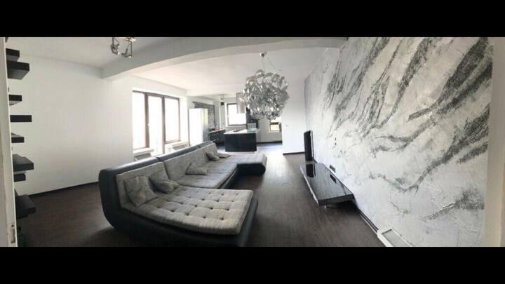 80 Quadratmeter große Designer Wohnung •