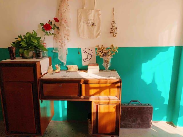 十里民宿 4 号房 | 复古琉璃绿 带阳台 | 客厅 厨房 | 惠州西湖 步行街 水东街 华贸商圈