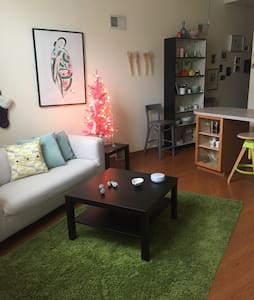 Perfect Location! Bright Strip Disctrict Apt :) - Pittsburgh