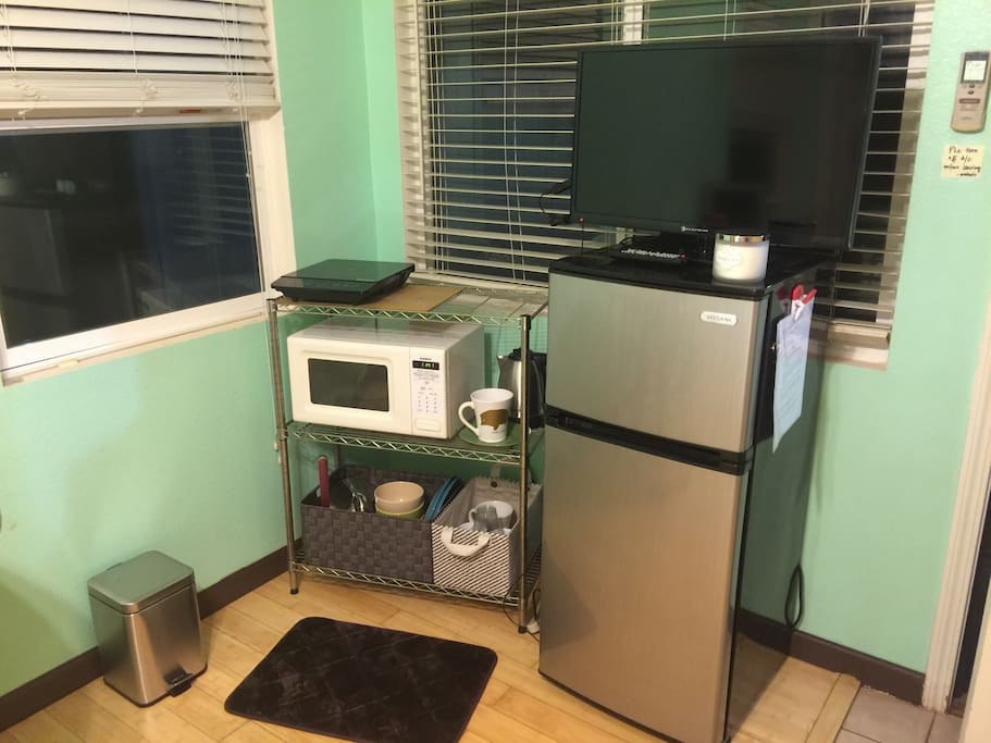 Convenience of a mini fridge/freezer, induction stove top, microwave and other amenities for our guests' convenience and savings.  Cooking utensils provided for light cooking in room.
