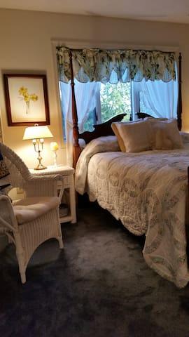 Bedroom 2 - queen bed.