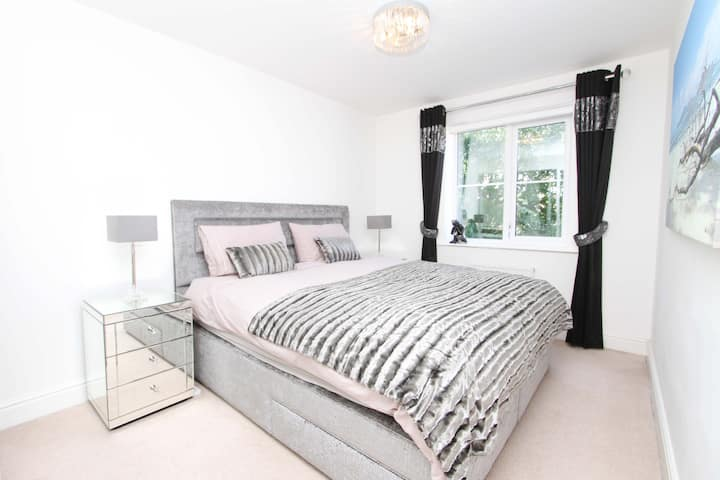 Stunning Bedroom in Luxury Home near Heathrow