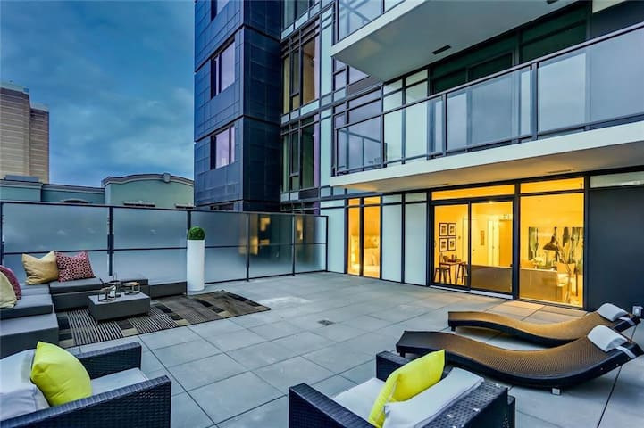 Downtown Condo w/h Private 650 SF rooftop patio