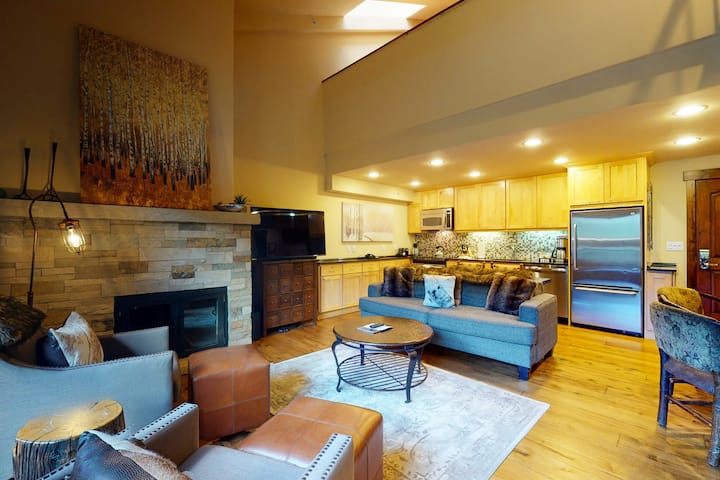 Ski-in/out! Mountain view condo w/fast WiFi, fireplace, shared pool/hot tubs/WD!