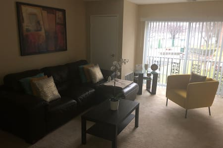 Modern apt, Amazing Location,1BDRM, 8 min to train