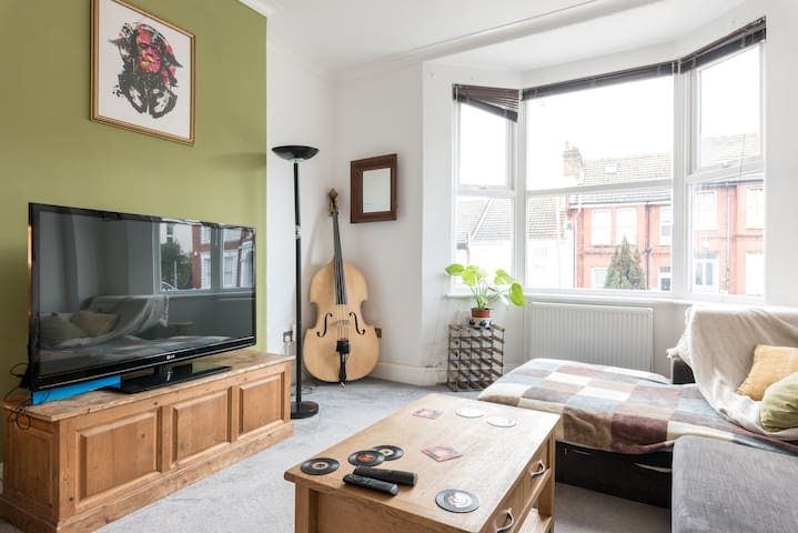 Quirky musical flat by Brighton station