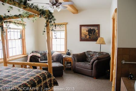 The Bear Den Jacuzzi Suite - Ashland - Casa