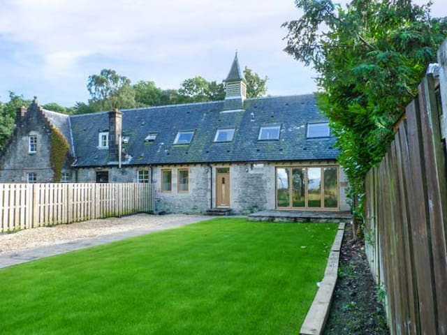 THE HALL WEST, family friendly, with open fire in Balloch, Ref 939378