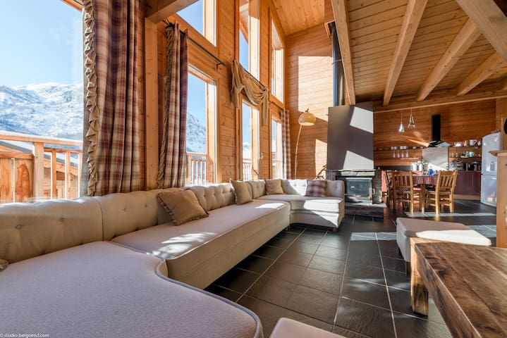 Luxury Ski-In Chalet with Jacuzzi & Sauna