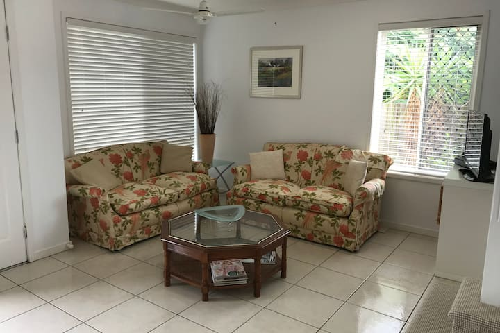 Private guest area- modern house + great locality