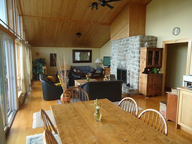 Large Mountain Top Cottage 30min from 4 ski hills!