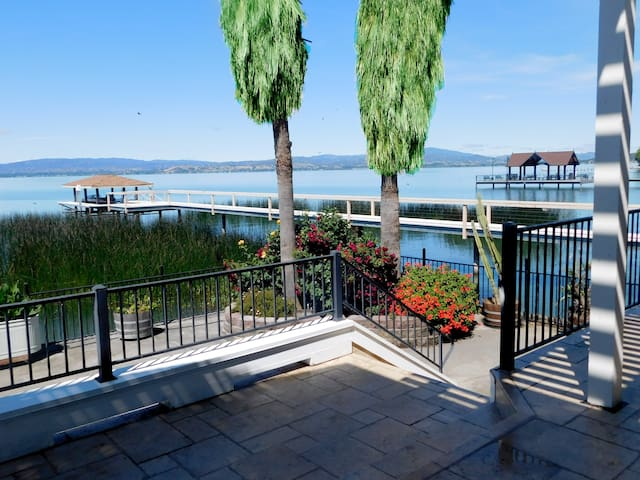 Oak Room ~ Privacy in a lakefront luxury home!