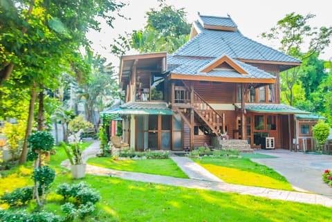 Geleneksel Tayland Lanna Tarzı 2 Katlı Ahşap Ev