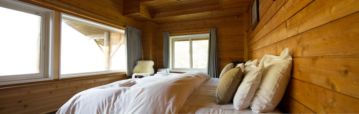 Moiwa Lodge - private twin room with toilet at the base of mountain - 100m from ski lifts. Ski to your door.