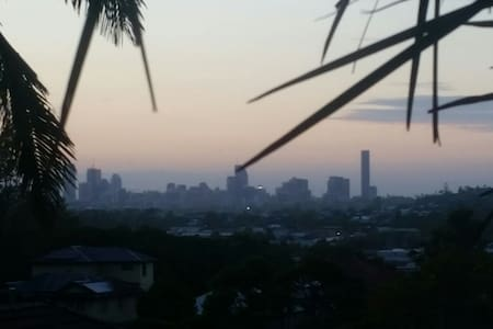 3BR House, huge deck, amazing city and mnt views - Brisbane