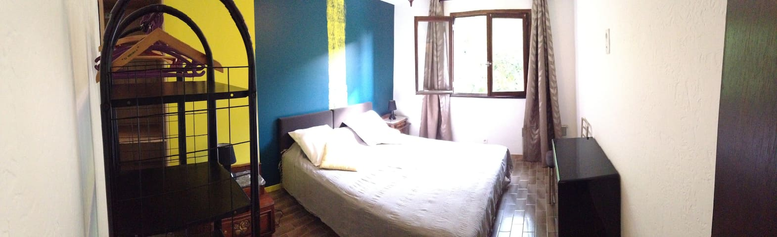 Appartement F2*n°6 offre une chambre avec lit double 160 ou 2 lits simples, un salon-TV avec canapé-lit double 135cm (modulable en vraie chambre avec bonne literie) une petite cuisine tout équipée et une salle de douche-WC Jardins communs, barbecues