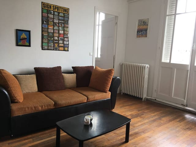 Cosy Room: 30 secs to the metro, 10min to Paris