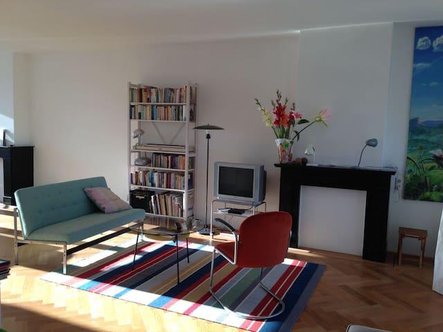 Voorzien van WIFI en goede verwarming. Hier kan je relaxen, werken en van cultuur genieten. In een rustig, bewoond huis met toch  volledige privacy.