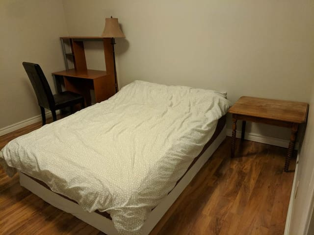 Spacious 2nd floor bdr (5min walk to bus)