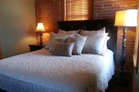 Drake House- Fleur de Lis - Dubuque - Bed & Breakfast
