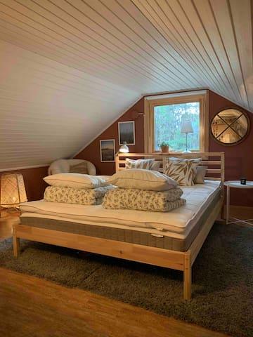 Sovloft på övervåningen med 160 cm bred säng. Öppen planlösning på loftet. Det finns även två barnsängar på loftet. Se bilder.
