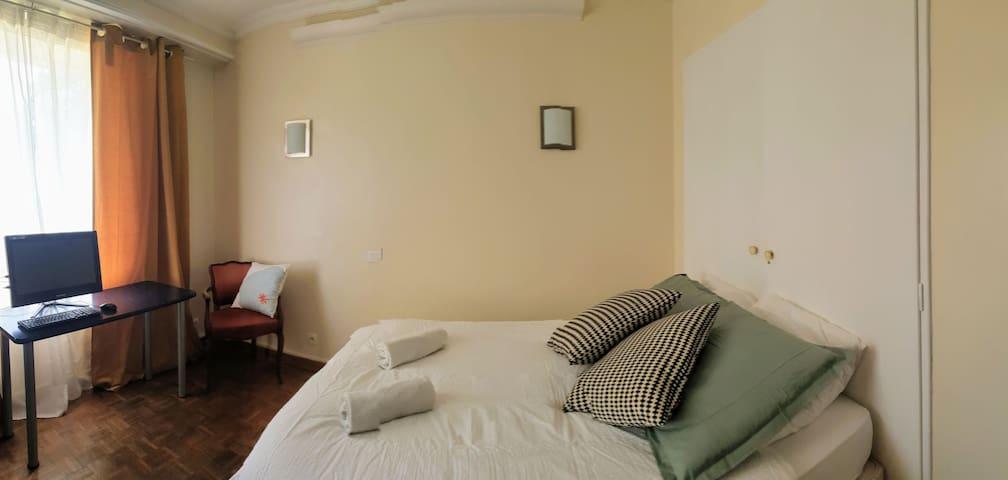 Chambre double chez l'habitant - Cadre verdoyant