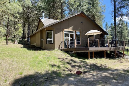 New Cozy Cascade Cabin, Walk to the Lake, Wood Fireplace, Amazing Deck!