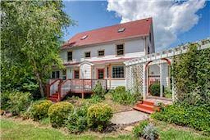 Classic Farmhouse on Country Acres - Thompson Station