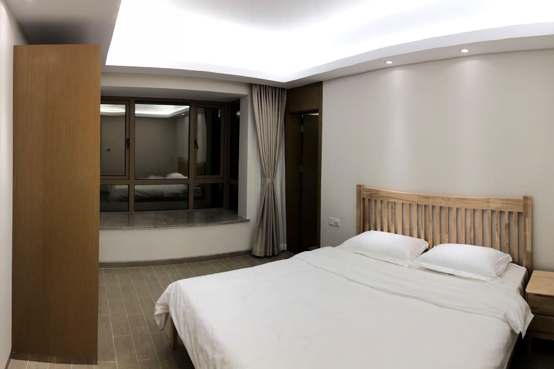 主卧东南朝向,1.8米双人床,独立卫生间