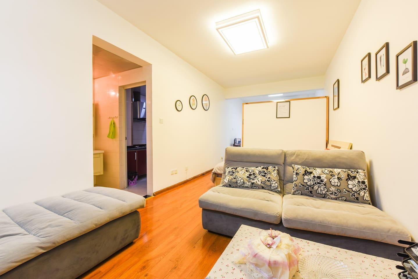 屋子整体布局,隔断后还有个大床
