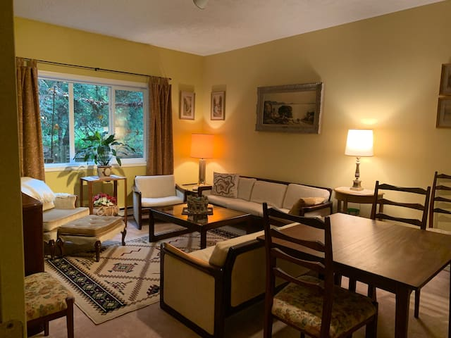 Cozy 1 BR/Sitting Room atop Cordova Bay Ridge