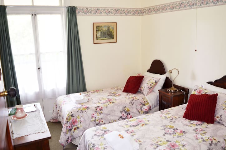 Braemar House Deluxe Single (Bed & Breakfast)