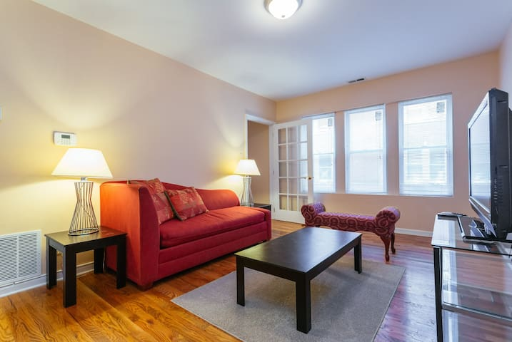 Welcoming & Cozy  2/BDR & 1BA Condo - Chicago