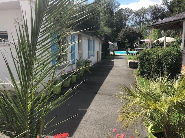 Loue appartement privé dans jardin avec piscine