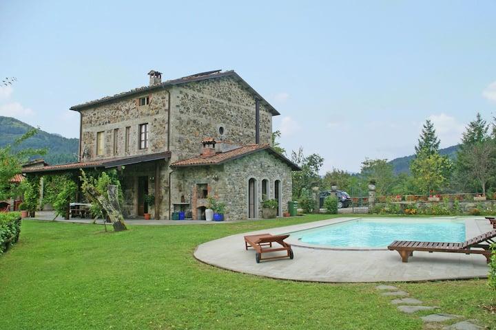Tranquil Villa in San Romano di Garfagnana with Jacuzzi