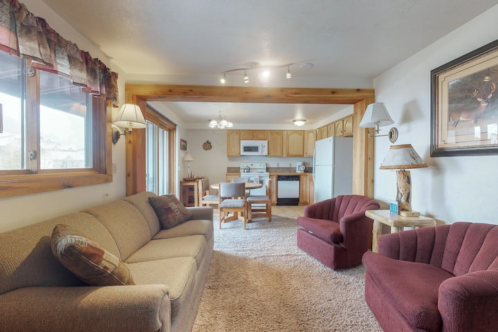 Charming condo w/ shared indoor pool & hot tub, on a bus line 1/2 mile to slopes