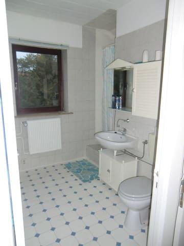 Duschbad - Duschtuch, Toilettenpapier sowie Seife inklusive