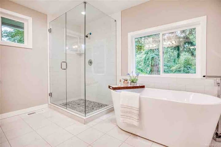 100% Private entrance with romantic soaking tub!