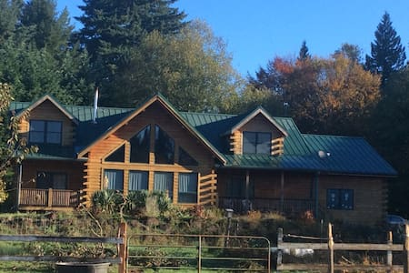 Log home guest room. 45 minutes from city or ski!