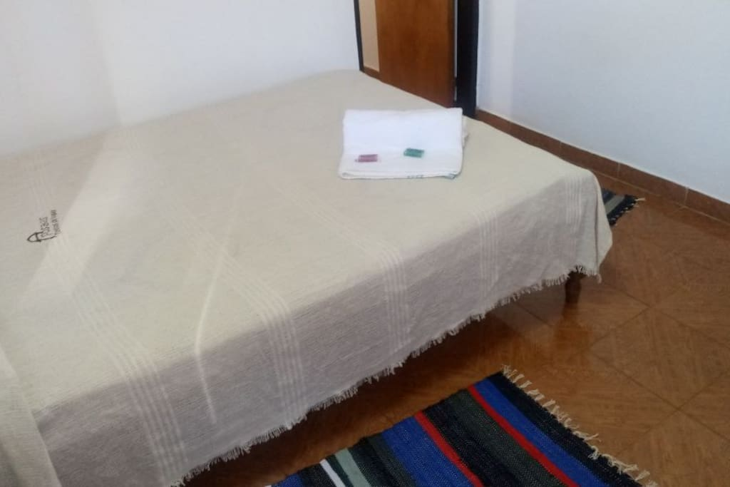 Dormitorio con cama matrimonial con baño privado y a.a o calefacción.
