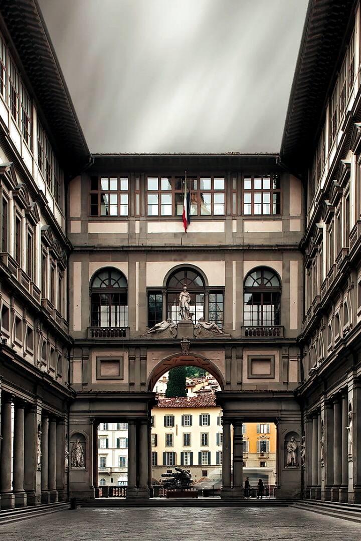 Uffizi courtyard